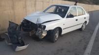Kontrolden Çıkan Otomobil Beton Duvara Çarptı Açıklaması 2 Yaralı