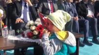 2 Yaşındaki Çocuğun Bayrağı Öpmesi Kutlamalara Damga Vurdu