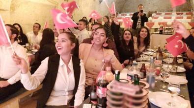 Kapadokya'da Meksikalı Turistlerden Cumhuriyet Kutlaması