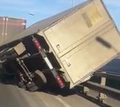 ŞİDDETLİ FIRTINA - Rusya Fırtına Köprü Üstündeki Tırı Yan Yatırdı