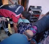 Yürüme Yetisini Kaybeden 170 Kilo Ağırlığındaki Yaşlı Kadını İtfaiye Ekipleri Evine Taşıdı