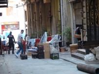 Beyoğlu'nda Çökme Riski Bulunan Binadaki Esnaf Eşyalarını Tahliye Etti