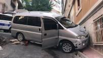Binaya Çarpan Minibüs Vatandaşları Korkuttu