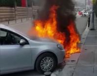 Çekmeköy'de İki Otomobilin Alev Alev Yandığı Anlar Kamerada