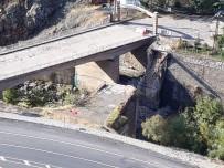 Heyelan Riski Bulunan İlçedeki Tarihi Köprü Çöktü
