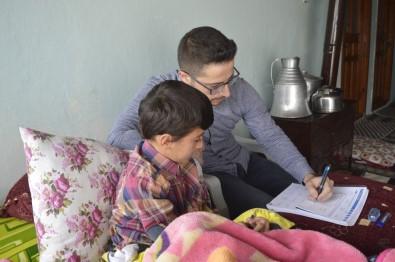 Kaza Geçirdiği İçin Okula Gidemeyen Öğrencisine Evde Ders Veriyor
