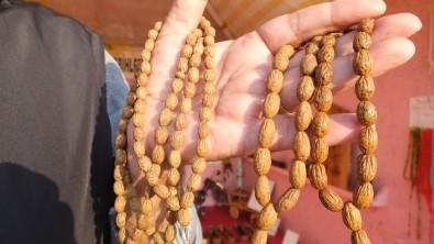 Burhaniye'de Zeytin Çekirdekleri Tespih, Odunları İse Takı Oldu