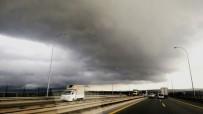 YAĞIŞ UYARISI - İstanbul'da bulutlar gündüzü geceye çevirdi