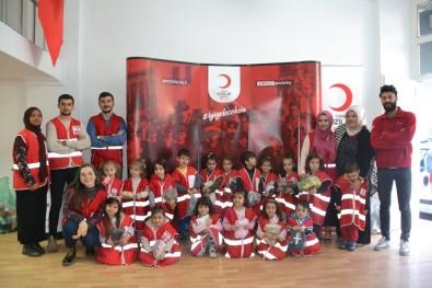 Minik Öğrencilerden Kızılay'a Giysi Bağışı