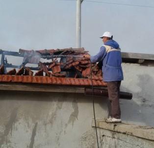 Samanlıkta Çıkan Yangını Hortumla Söndürmeye Çalıştı