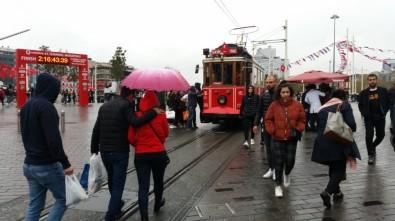 Taksim'de Yağmur Etkili Oluyor