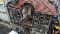 Üsküdar'da Çöken Eski Bina Havadan Görüntülendi