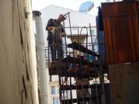 Beyoğu'nda Çökme Riskiyle Boşaltılan Binanın Yangın Merdiveni Söküldü