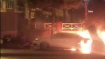 (Özel) Esenler'de Park Halindeki Araç Alev Alev Yandı