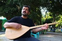 Bağlama Çalıp Türkü Söyleyerek Çocuklarını Okutuyor