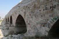 Dünyanın En Eski Köprüsüne Sprey Boya İle Yazı Yazdılar