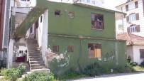 Antalya'da Mahalleliyi Rahatsız Eden Metruk Bina Yıkıldı
