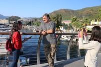 Marmaris'in Küçük Rehberlerine Sokakta Ünlü Oyuncu Sürprizi