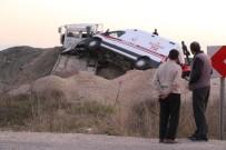 Ambulans Taşıyan Çekici Yol Kenarına Uçtu Açıklaması 1 Yaralı