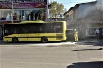 Kahraman Şoför, İçinde Yolcularla Birlikte Yanan Otobüsünü Böyle Söndürdü
