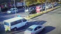 Arızalanan Minibüsün Polisin Yardımıyla Yol Kenarına İtilme Anı Güvenlik Kamerasında