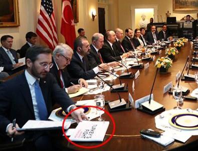 Görüşmelerin gerçekleştiği masadaki kitapçık dikkat çekti!