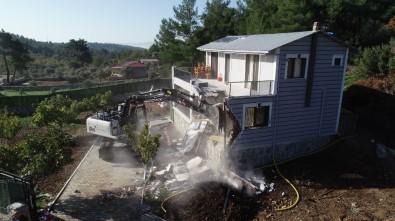 İzmir'de Hazine Arazisi Üzerine Yapılan Kaçak Villalar Yıkıldı