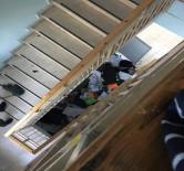 Öğrencilerin Eşyalarını Merdiven Boşluğuna Attılar