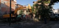 İzmit'te Yıkışma Tehlikesi Yaşayan 3 Metruk Bina Yıkıldı