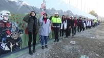 Öğrenci Ve Polislerden Türk Bayrağına Selam