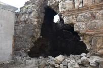 KÜMBET - Tarihi Kümbet Temizlendi