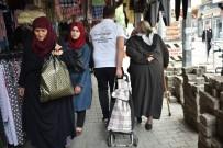 Belediye Ekipleri, Yaşlıların Torbalarını Taşıyor