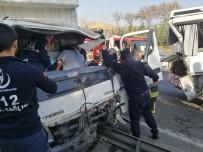 Kocaeli TEM'de Turistleri Taşıyan Midibüse Kamyonet Çarptı Açıklaması 2'Si Ağır 5 Yaralı