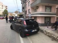 Otomobil Kaldırımda Yürüyen Yayaya Çarptı