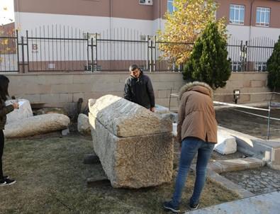 Çorum'da yol yapımı sırasında 2 bin yıllık lahit bulundu