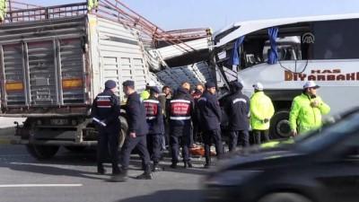 GÜNCELLEME - Afyonkarahisar'da Yolcu Otobüsü, Tıra Çarptı Açıklaması 2 Ölü, 22 Yaralı