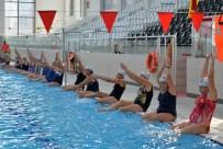 Kadınlar Su Jimnastiğiyle Form Tutuyor