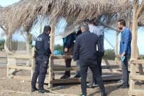 BELEDİYE İŞÇİSİ - Polis Ceset Üzerinde Çalışırken Turistler Kitap Okuyup Vatandaşlar Balık Tuttu
