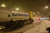 KAR TOPU - Zigana'da Kar Yağdı, Vatandaşlar Kar Topu Ve Horon Oynadı