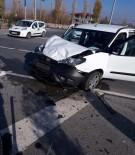 Hafif Ticari Araçla Otomobil Çarpıştı Açıklaması 6 Yaralı