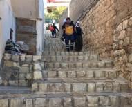 AMBULANS ŞOFÖRÜ - Sağlık Görevlisi, Yaşlı Hastayı Sırtına Alarak Ambulansa Taşıdı
