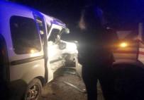 AMBULANS ŞOFÖRÜ - Ambulansla Ticari Araç Çarpıştı Açıklaması 5 Yaralı