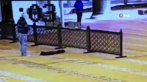 SULTANAHMET - Tarihi Camilerden Ayakkabı Hırsızlığı Kamerada