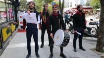 MİNİBÜS ŞOFÖRÜ - Kadına Şiddete Dikkati Çektikleri Sokak Tiyatrosunu Tellallarla Duyurdular