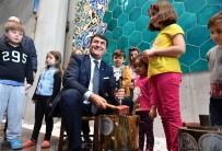 Başkan Dündar, İlk Akçeyi Çocuklara Bastı