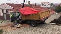 ELEKTRİK DİREĞİ - Freni Boşalıp Evin Çatısına Çarpan Çöp Kamyonunun Sürücüsü Yaralandı