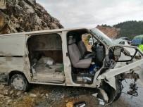 Antalya'da Kamyonet Tıra Çarptı Açıklaması 1 Ölü, 1 Yaralı