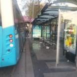 3 kişiyi bıçaklayıp otobüsle durağa daldı