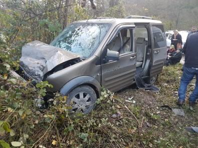 Yolcu Minibüsüyle Kamyonet Çarpıştı Açıklaması 8 Yaralı