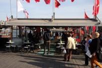 BALIK EKMEK - Eminönü'ndeki Balıkçı Teknelerinde Satış Devam Ediyor